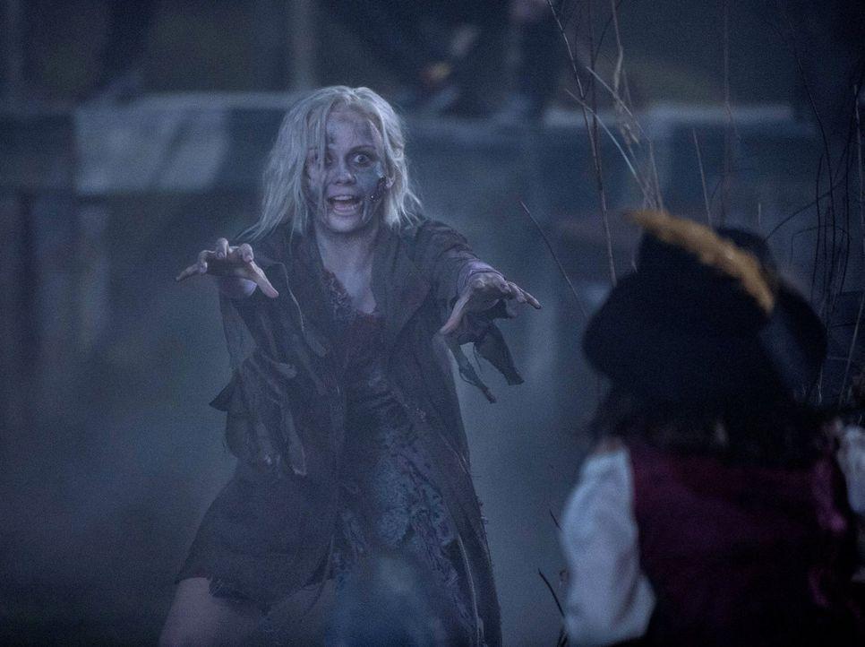 So ein richtiger Zombie macht natürlich noch mehr her: Liv (Rose McIver) muss sich an Halloween nicht sonderlich verkleiden ... - Bildquelle: Warner Brothers