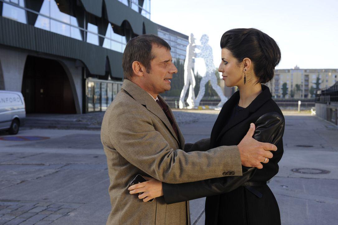 Treffen unerwartet aufeinander: Carla (Sarah Mühlhause, r.) und ihr Vater Bernd (Joachim Nimtz, l.) ... - Bildquelle: SAT.1