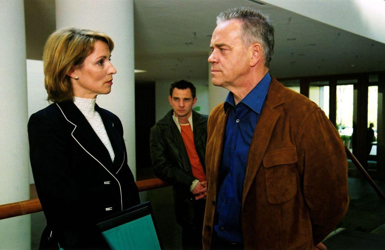 Auch Dagmar Kramer (Kirsten Block, l.) gerät in Verdacht, Claudia Horn ermordet zu haben. Wolff (Jürgen Heinrich, r.) und Tom (Steven Merting, M.) ermitteln.