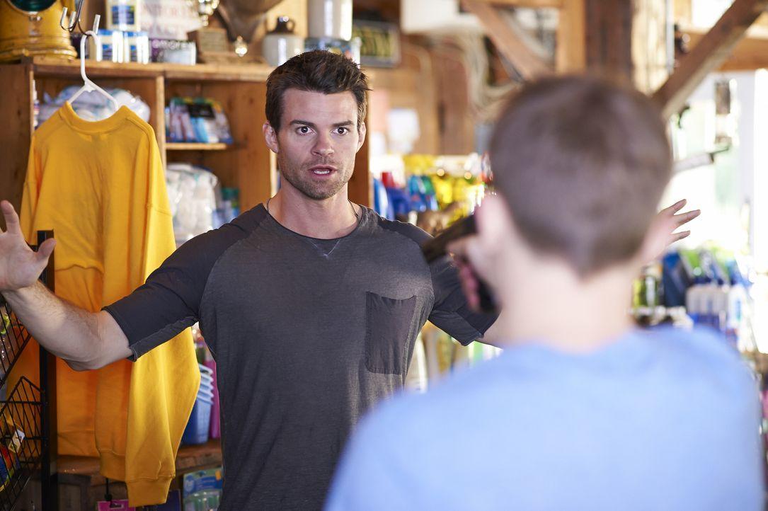 Mitten in der Einöde gerät Joel (Daniel Gillies) plötzlich in einen Überfall ... - Bildquelle: 2013  Hope Zee Two Inc.