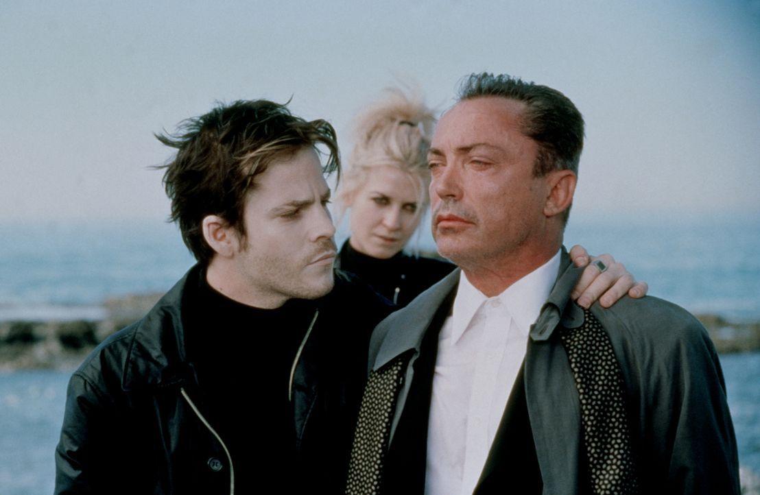 Deacon Frost (Stephen Dorff, l.) und Mercury (Arly Jover, M.) haben den Vampirfürsten Dragonetti (Udo Kier, r.) in ihre Gewalt gebracht. Er wird der... - Bildquelle: New Line Cinema