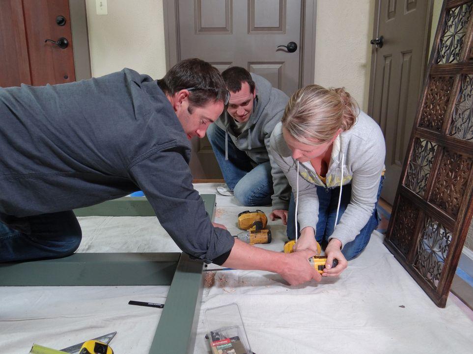Aus alt mach neu: Josh Temple (l.) möchte ein ungenutztes Wohnzimmer in ein Elternschlafzimmer für Familie Netherton verwandeln ... - Bildquelle: 2012, DIY Network/Scripps Networks, LLC.  All Rights Reserved