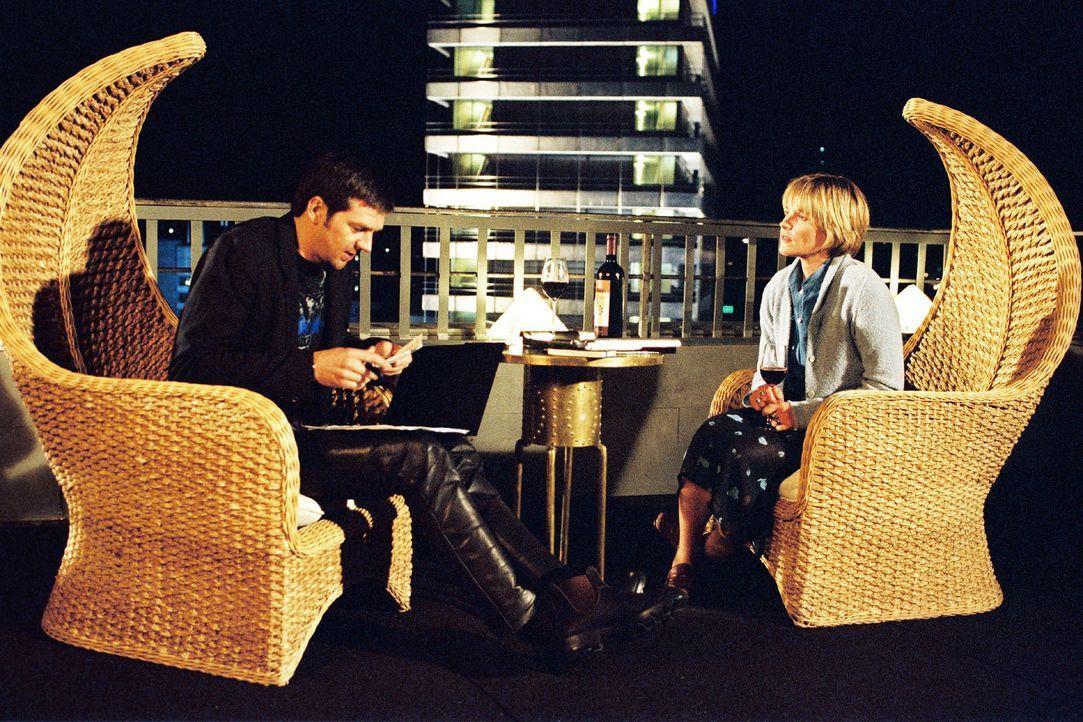 Sophie (Karoline Eichhorn, r.) will Martin (Kai Wiesinger, l.) eine Bankvollmacht ausstellen. - Bildquelle: Sat.1
