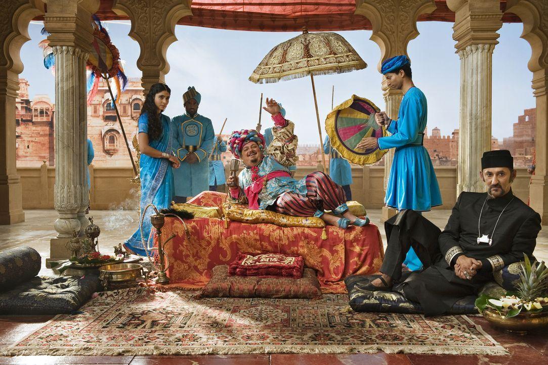 Magier Abrash (Ercan Durmaz, r.) lässt den rechtmäßigen König von Madolan mit seinen Zauberkräften verschwinden, damit Großwesir Guliman (Jürgen Tar... - Bildquelle: Disney
