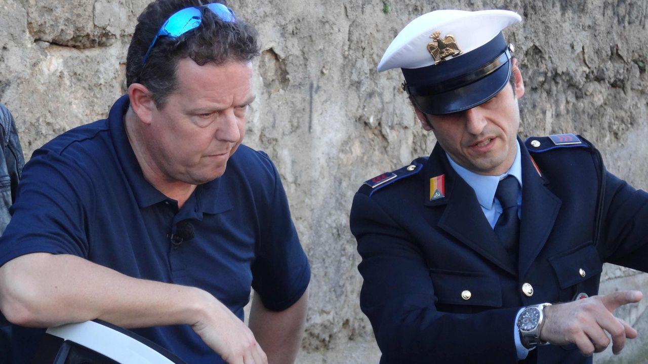Für Toto (l.) und Harry geht es nach Italien - und zwar zuerst nach Sizilien. Im Territorium der Mafia tauchen sie in den italienischen Polizeiallta... - Bildquelle: kabel eins