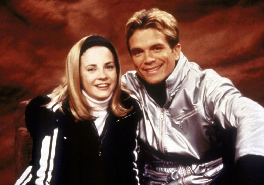 Sabrina (Melissa Joan Hart, l.) verliebt sich in den Skilehrer Doug (David Chokachi, r.). - Bildquelle: Paramount Pictures