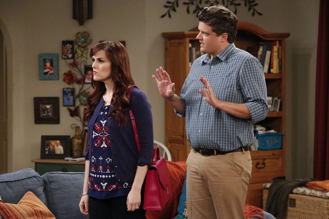 Candace (Sara Rue, l.) ist fest von überzeugt, dass es ganz alleine Christys Schuld ist, dass der Sohn ihres Freundes Baxter (Matt Jones, r.) zu Dro... - Bildquelle: 2016 Warner Bros. Entertainment, Inc.