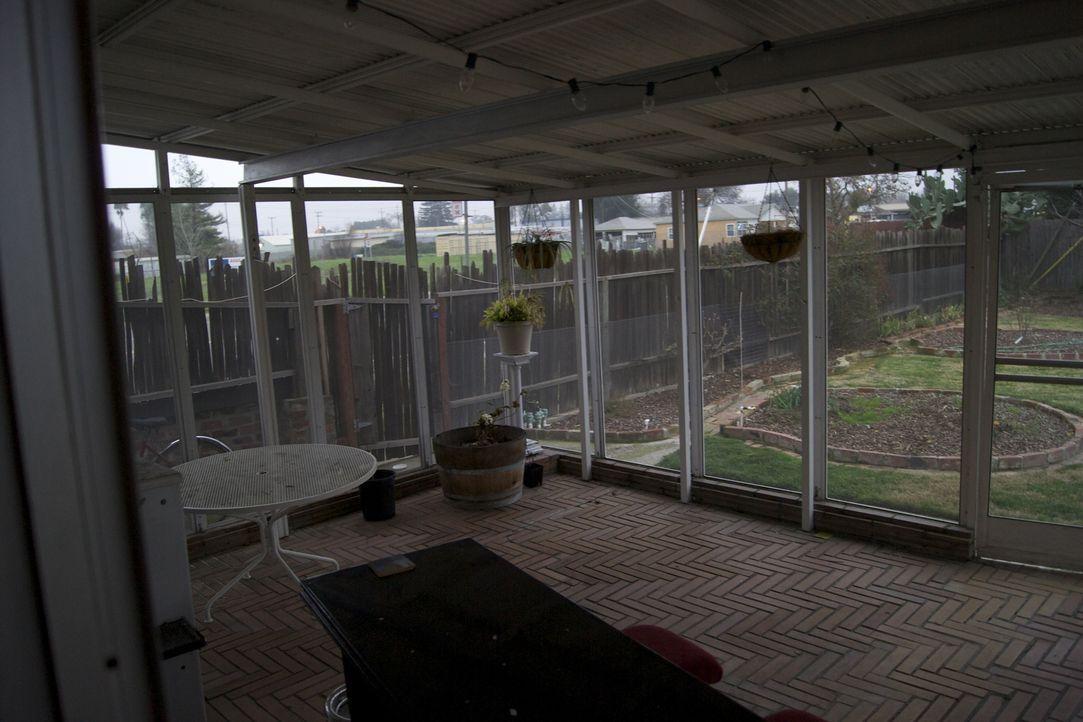 Josh Temple und sein Team möchten aus diesem Wintergarten ein Pub-Zimmer machen. Doch wird das wirklich möglich sein? - Bildquelle: 2011, DIY Network/Scripps Networks, LLC.  All Rights Reserved