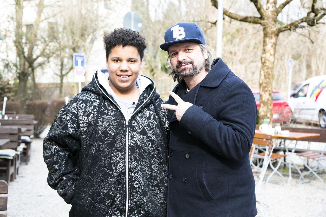 Glücksschreie, Freudentränen und strahlende Kindergesichter. Henning Wehland (r.) erfüllt Justin (l.) einen ganz besonderen Wunsch ... - Bildquelle: Benedikt Müller SAT.1