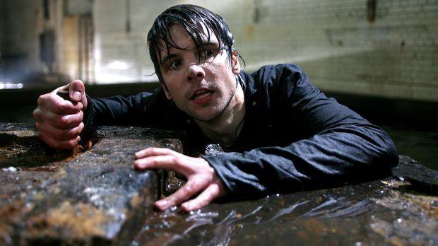 Primeval - Rückkehr der Urzeitmonster - Connor (Andrew Lee Potts) versucht Ab...