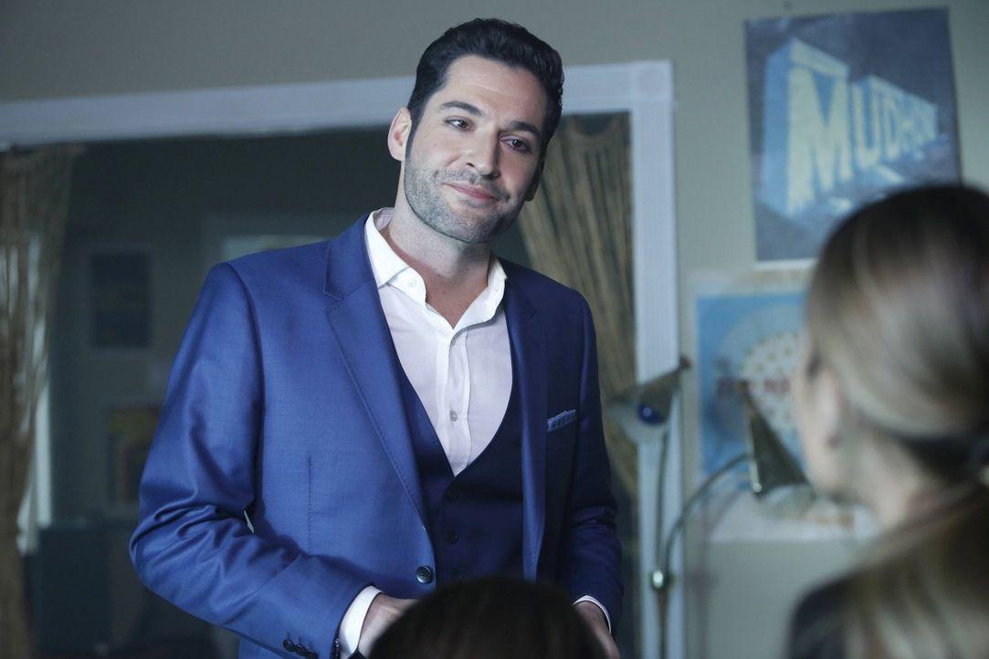Erkennt Lucifer (Tom Ellis), wie sehr er Chloe mit seinem Verhalten und seinen neusten Entscheidungen verletzt oder hat er mit einer ganz anderen in... - Bildquelle: 2016 Warner Brothers