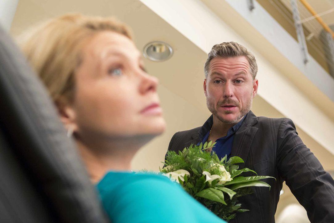Während Danni (Annette Frier, l.) gerade davon träumt, welch eine Überraschung wohl August für sie hat, taucht Pit (Dirk Borchardt, r.) auf, der imm... - Bildquelle: Frank Dicks SAT.1