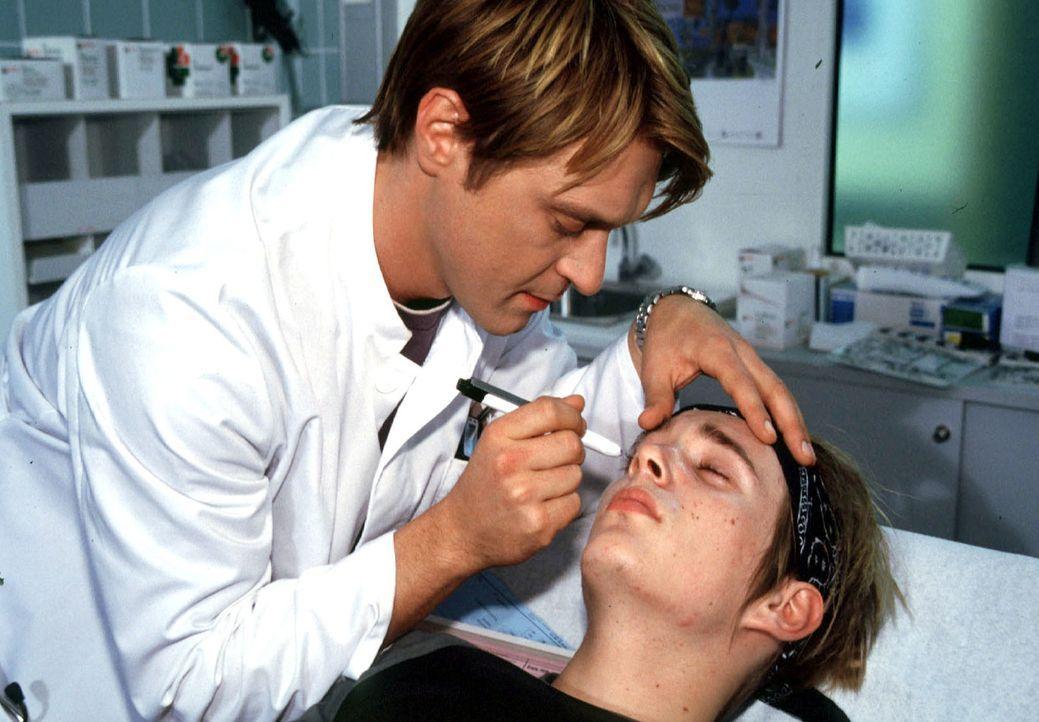 Dr. Christian Ritter (Andreas Maria Schwaiger, l.) untersucht Troy (Siegfried Kautz jr., r.). Der junge Hacker hat zu viel Amphetamine und Kaffee zu... - Bildquelle: Kurby SAT.1