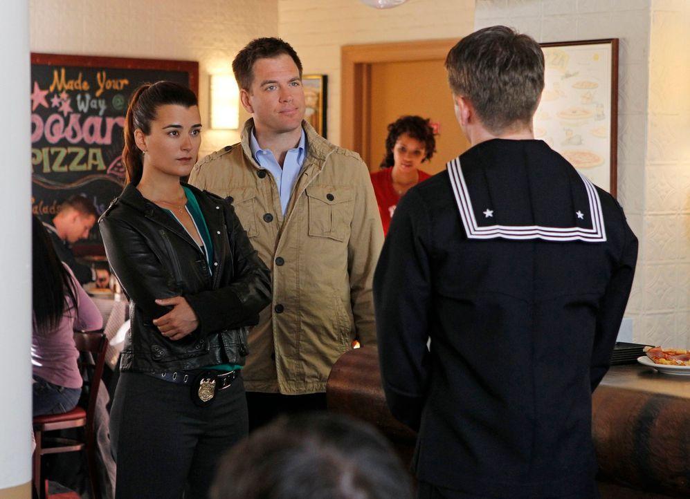 Bei den Ermittlungen in einem neuen Mordfall: Ziva (Cote de Pablo, l.) und Tony (Michael Weatherly, 2.v.l.) ... - Bildquelle: 2012 CBS Broadcasting Inc. All Rights Reserved.