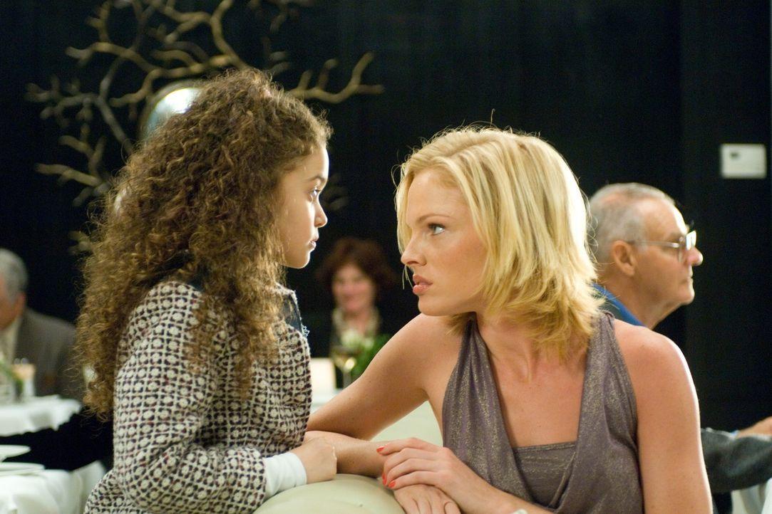 """Tatianna (Kate Nauta, r.) ist von der neuen """"Frau"""" an Joes Seite alels andere als begeistert, doch die kleine Peyton (Madison Pettis, l.) gibt nicht... - Bildquelle: Buena Vista International"""