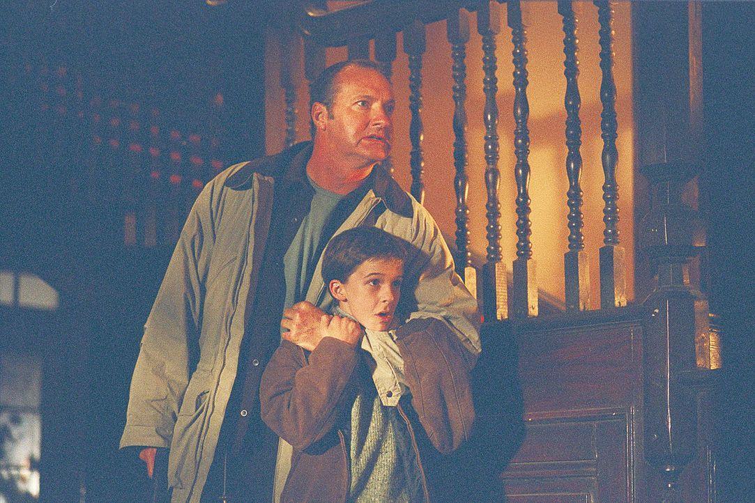 Nach einem missglückten Gespräch mit Ben (Bobby Edner, r.) hat Psychologin Dr. Jennifer Stillman auch Michael McCann (Randy Quaid, l.) gegen sich... - Bildquelle: 2004 Sony Pictures Television International. All Rights Reserved.