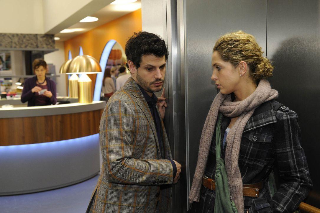 Luca (Manuel Cortez, M.) wirft Nina (Maria Wedig, r.) vor, sie sei schuld an Lindenbergs Herzinfarkt. Nun ist Nina mehr denn je entschlossen, ihre U... - Bildquelle: SAT.1