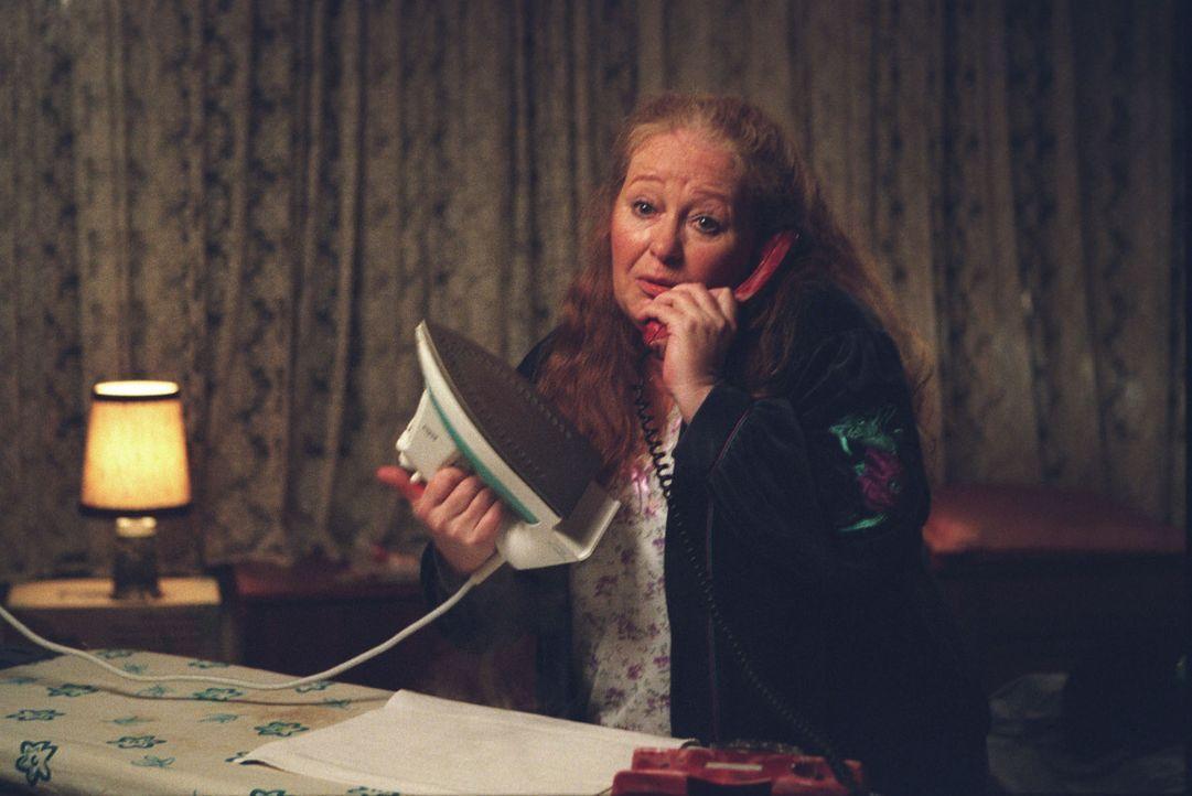 """Auf der Suche nach einer Einnahmequelle schaut sich Therese den Arbeitsplatz der Telefonsex-Anbieterin """"Chantal"""" (Ulrike Bliefert) an - aber das ist... - Bildquelle: Astrid Wirth Sat.1"""