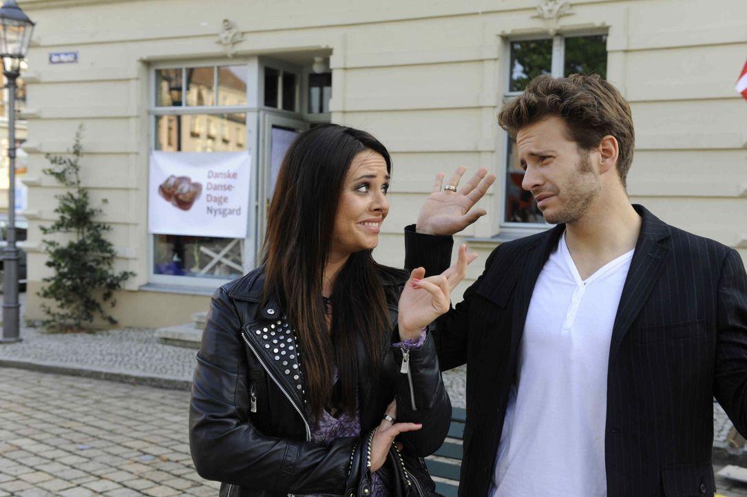 Paloma (Maja Maneiro, l.) und Enrique (Jacob Weigert, r.) müssen hinnehmen, dass sie sich im Vollrausch offenbar in einem dänischen Dorf das Ja-Wo... - Bildquelle: SAT.1