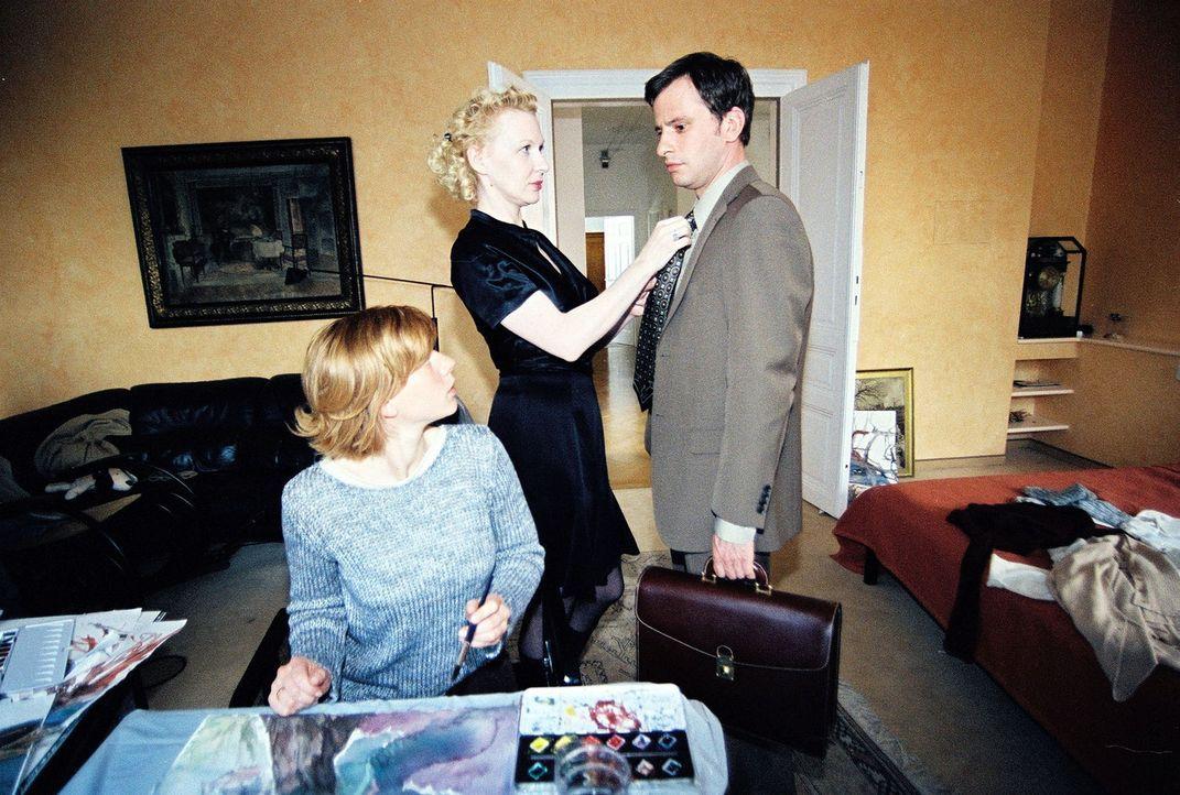 Der Hauptverdächtige Michael Kaipl (Frank Stieren, r.) kommt nach Hause zu seiner Frau Hanna (Inka Löwendorf, l.) und deren Schwester Beatrix (Sun... - Bildquelle: Sat.1