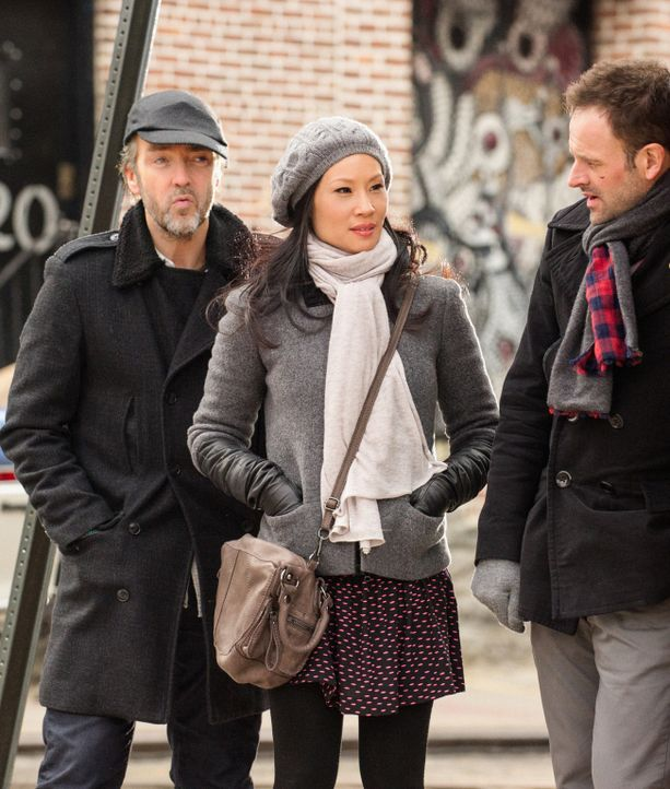 Sherlock Holmes (Jonny Lee Miller, r.) versucht, heraus zu finden, wer die Tochter seines ehemaligen Drogenhändlers Rhys (John Hannah, l.) entführ... - Bildquelle: CBS Television
