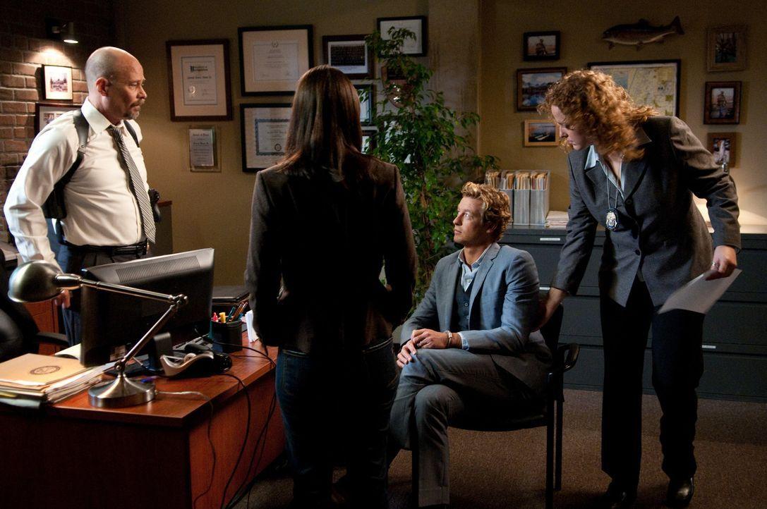 Nachdem Agent Bosco (Terry Kinney, l.) eine Wanze in seinem Büro gefunden hat, die Patrick Jane (Simon Baker, 2.v.r.) dort platziert hat, schlägt er... - Bildquelle: Warner Bros. Television