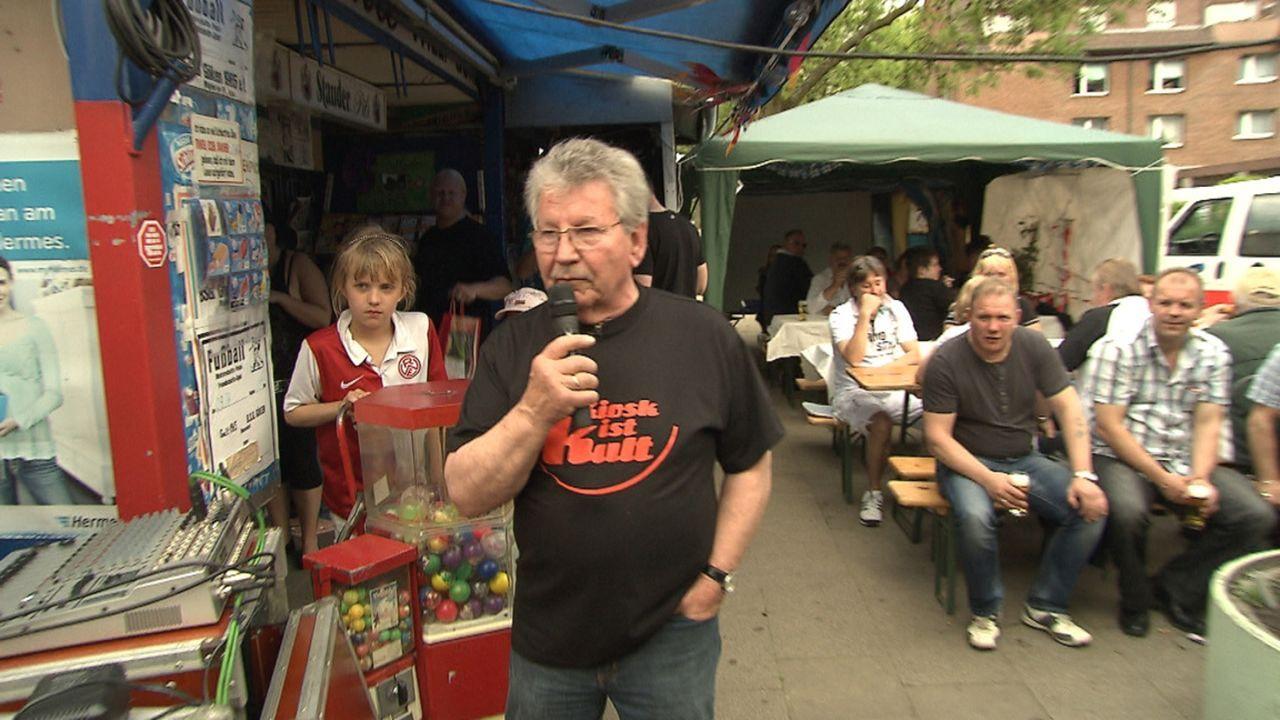Kioskbesitzer Willy (vorne) muss nach fast 50 Jahren seine Bude dichtmachen. Die Kundschaft trauert - und feiert! Denn Willy hat zur Abschiedsparty... - Bildquelle: SAT.1