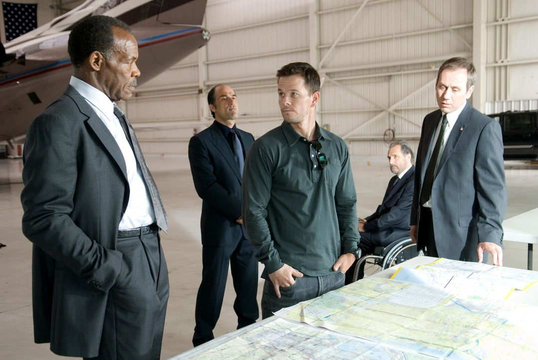 Um ein geplantes Attentat auf den Präsidenten zu vereiteln, macht Nick Memphis (Danny Glover, l.) den ehemals besten Scharfschützen der Army (Mark W... - Bildquelle: Copyright   2007 by PARAMOUNT PICTURES. All Rights Reserved.