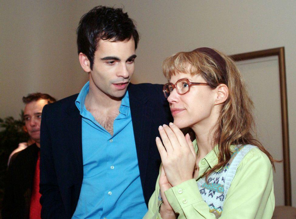 David (Mathis Künzler, l.) ist sprachlos: Wie hat Lisa (Alexandra Neldel, r.) es geschafft, dass Magdalena nun doch die neue Kollektion präsentier... - Bildquelle: Sat.1