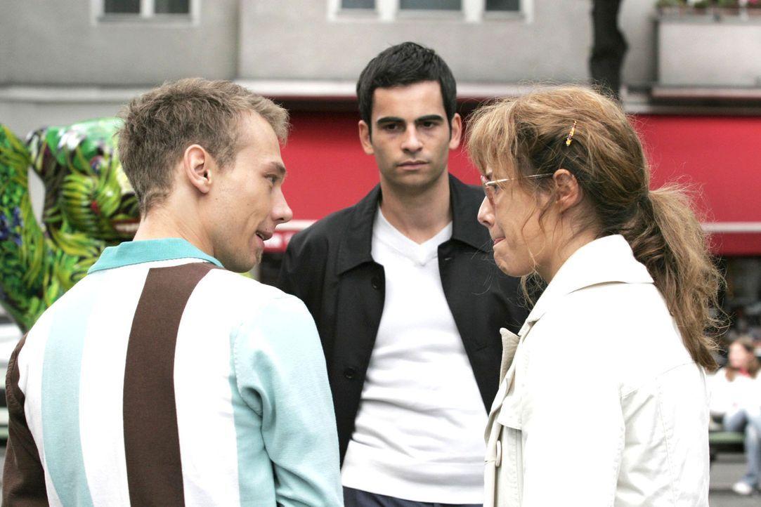 Als Lisa (Alexandra Neldel, r.) empört Richards Wohnung verlässt, trifft sie nicht ganz zufällig auf Jürgen (Oliver Bokern, l.) und David (Mathis Kü... - Bildquelle: Noreen Flynn Sat.1