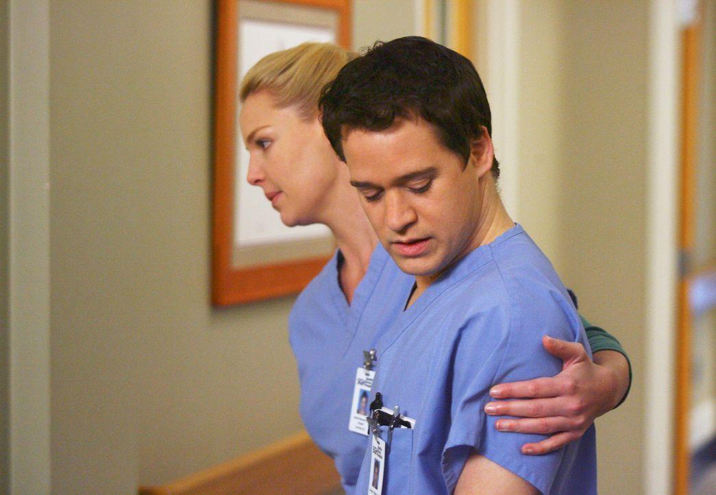 Izzie (Katherine Heigl, l.) macht sich große Sorgen um George (T.R. Knight, r.), der den Tod seines Vaters offensichtlich durch Sexorgien mit Calli... - Bildquelle: Touchstone Television