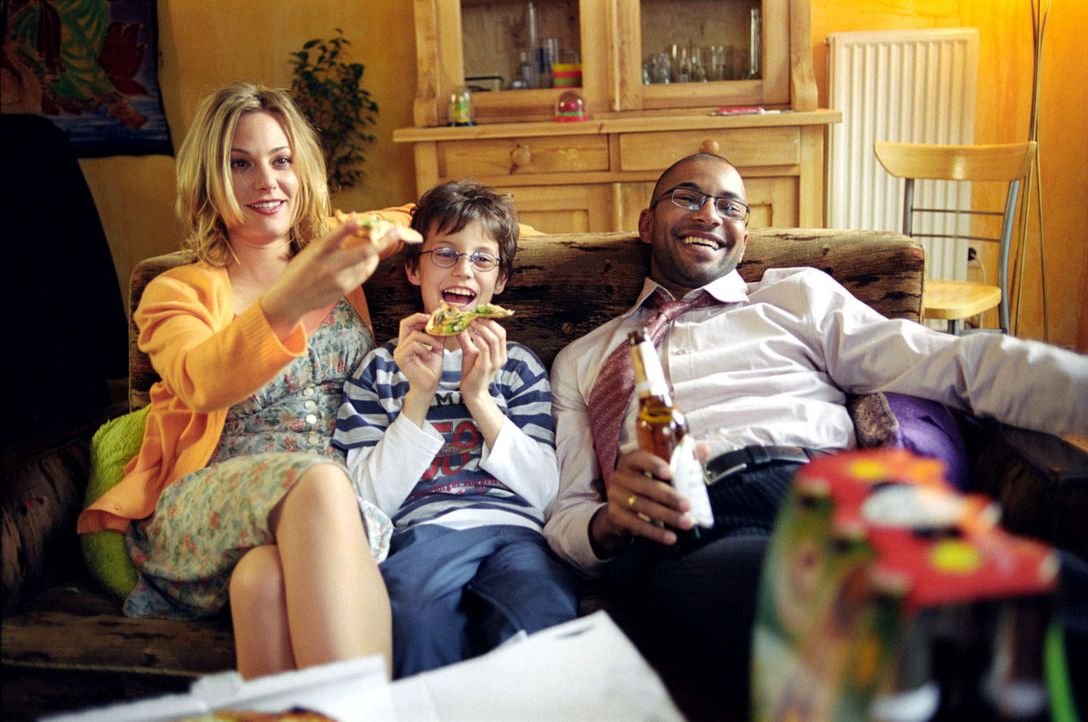 Beim gemeinsamen Fernsehen hat die Familie wider Willen großen Spaß: Leslie (Eva Hassmann, l.), Jonas (Dario Fosca, M.) und Koofi (Tyron Ricketts, r... - Bildquelle: Sat.1