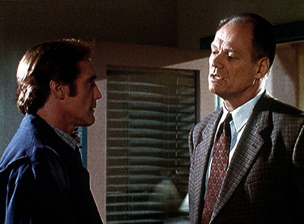 Steve Sloan (Barry Van Dyke, l.) ist bei der Mordkommission tätig und überprüft ein Alibi. - Bildquelle: Viacom