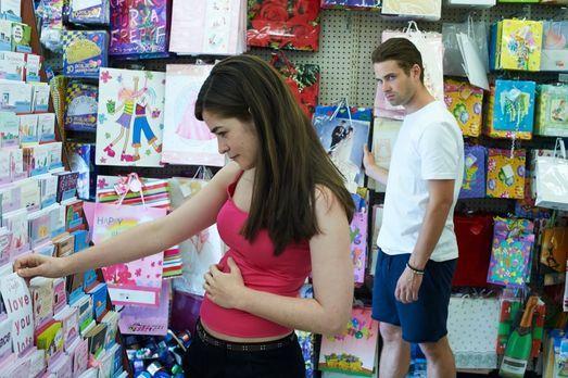 Nachdem die 18-jährige Kelsey (l.) vom Shoppen nicht zurückkommt, ist schnell...