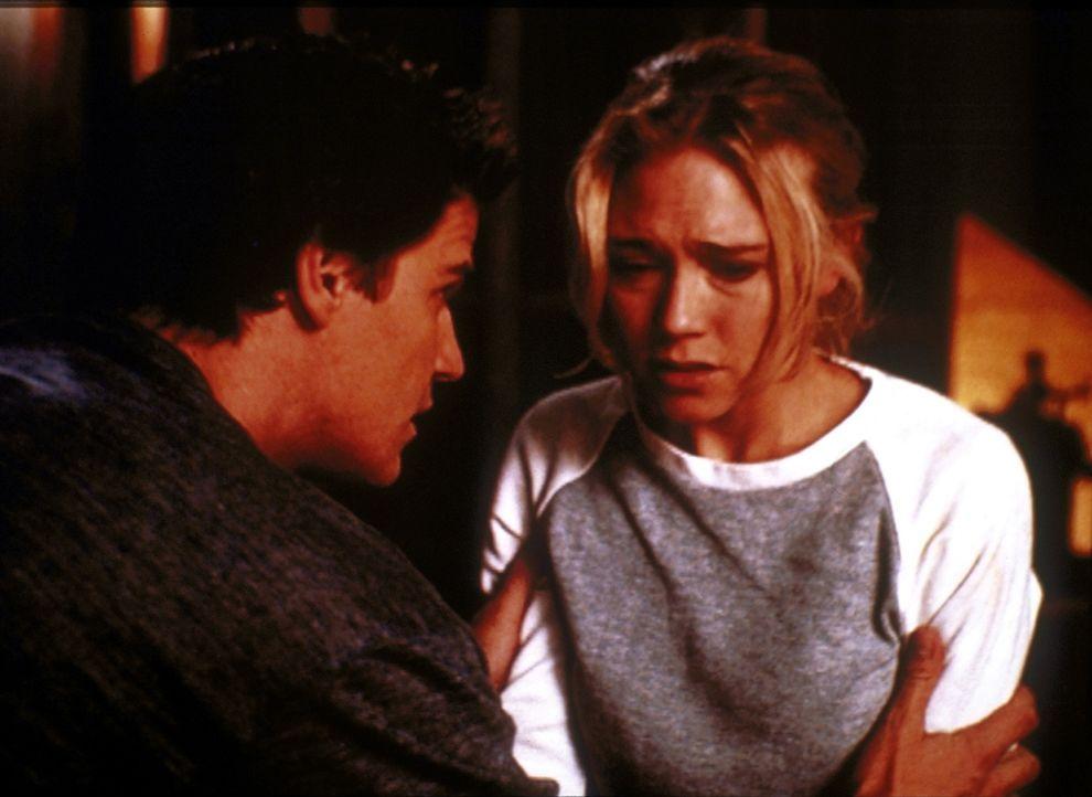 Angel (David Boreanaz, l.) kümmert sich um die völlig verängstigte Tina (Tracy Middendorf, r.), die von finsteren Gestalten verfolgt wird. - Bildquelle: TM +   2000 Twentieth Century Fox Film Corporation. All Rights Reserved.