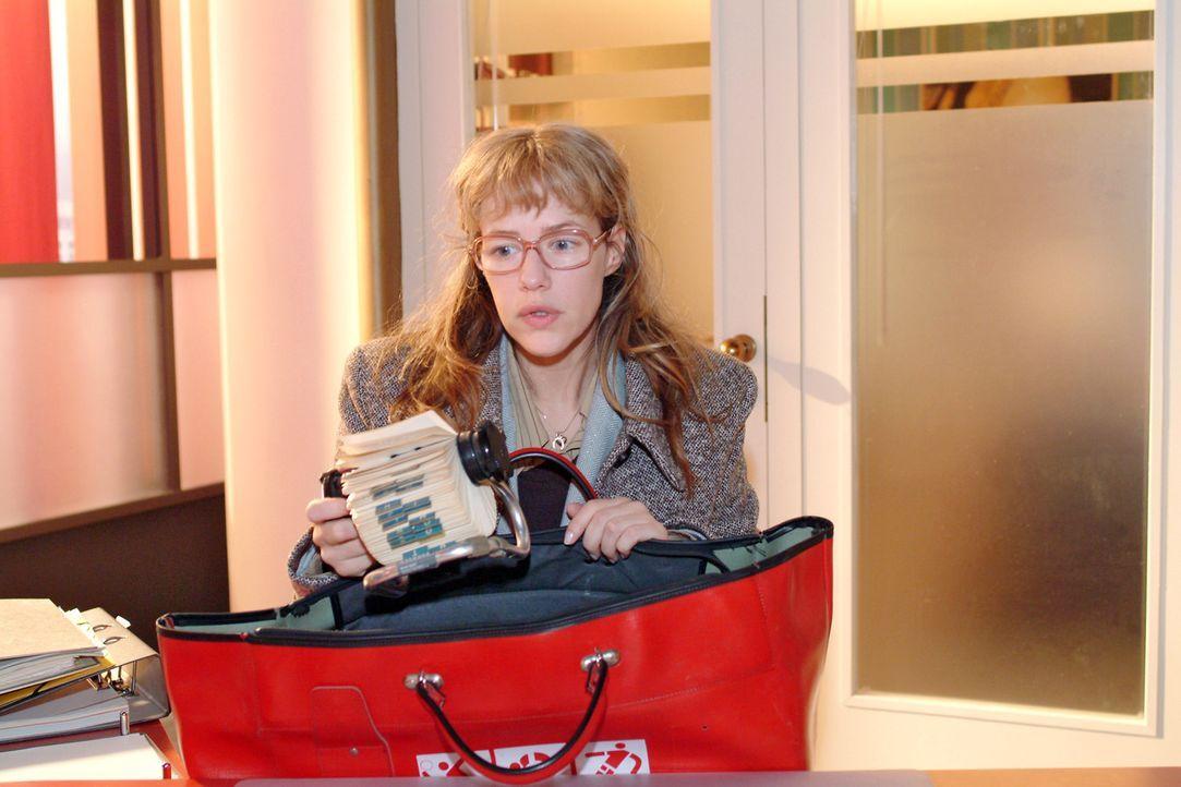 Lisa (Alexandra Neldel) packt enttäuscht ihre Sachen. Illegale Geschäfte will sie auf keinen Fall machen und deshalb steht ihr Entschluss fest: Sie... - Bildquelle: Monika Schürle Sat.1