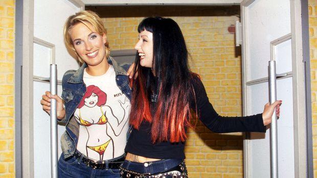Hanka (r.), Big Brother-Star aus Dresden, berichtet bei Britt (l.) über ihre...