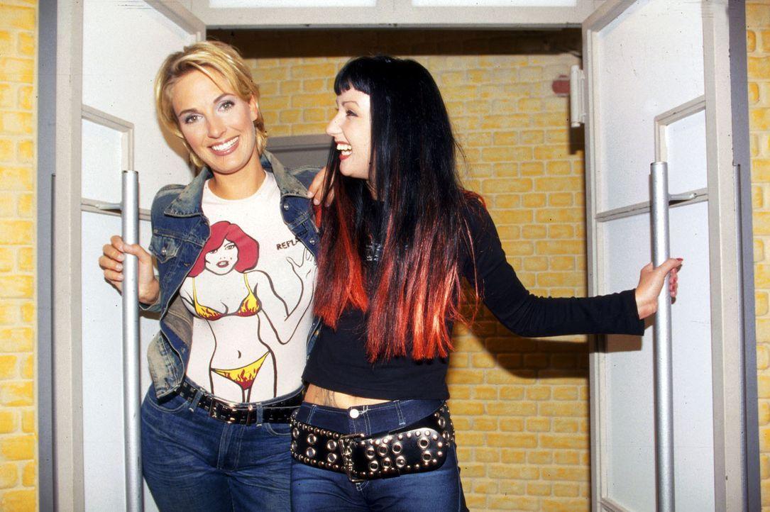 Hanka (r.), Big Brother-Star aus Dresden, berichtet bei Britt (l.) über ihre ganz speziellen WG-Erfahrungen im Wohncontainer. - Bildquelle: Sat.1/Kirchhof