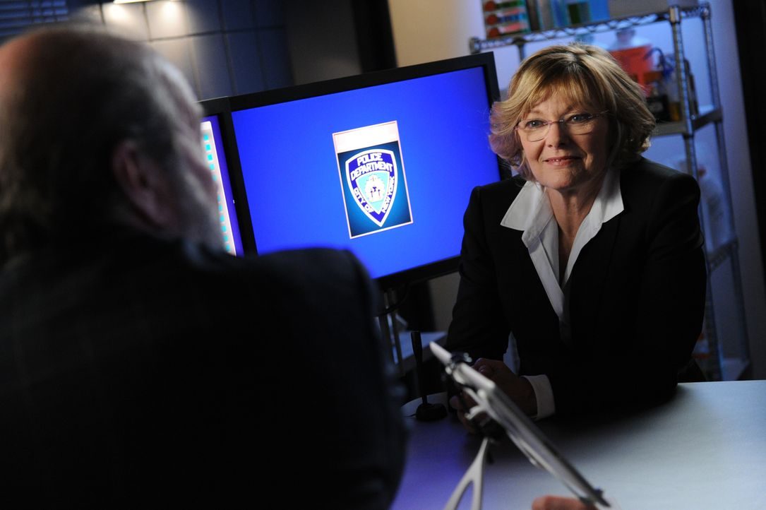 Bei den Ermittlungen in einem neuen Fall: Joanne Webster (Jane Curtin, r.) ... - Bildquelle: 2011 CBS Broadcasting Inc. All Rights Reserved.