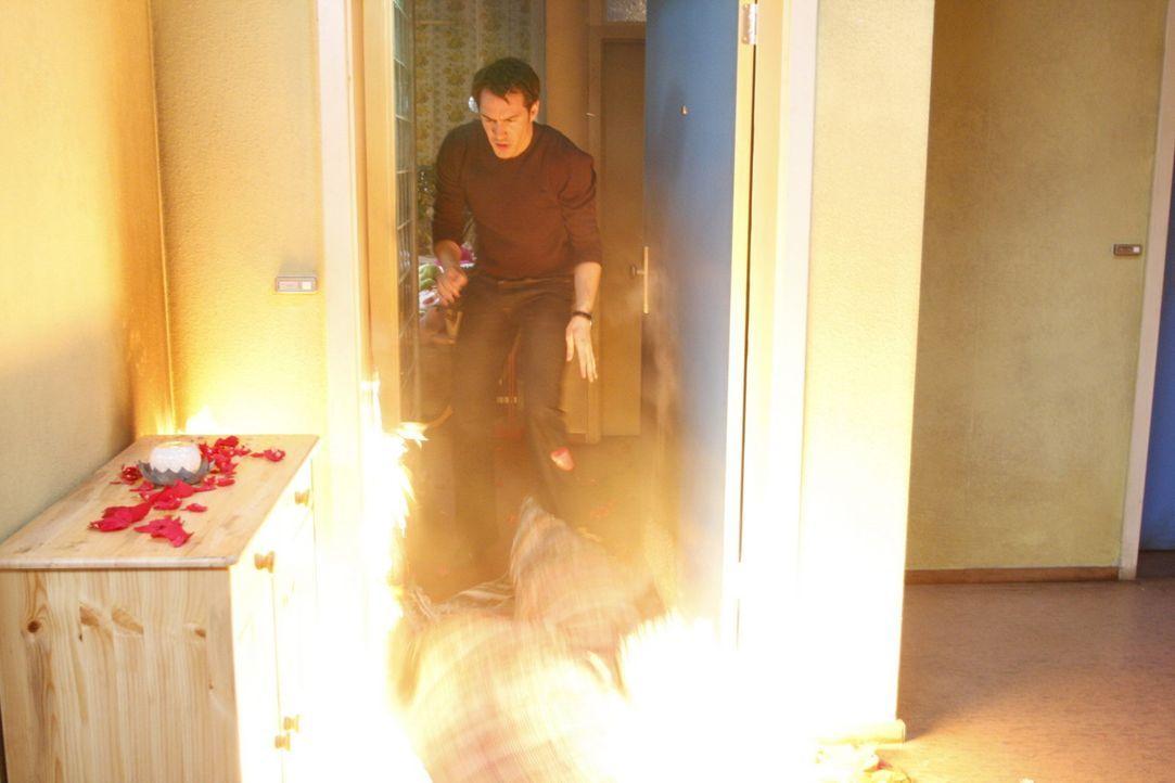 Alexandra versucht verzweifelt, Mark (Arne Stephan) zurückzugewinnen. Als der sie harsch zurückweist, will sie Manus Treppenhaus anzünden. Mark k... - Bildquelle: SAT.1