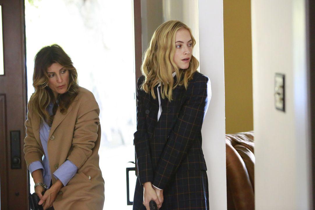 Als Quinn (Jennifer Esposito, l.) und Bishop (Emily Wickersham, r.) im Haus der gekidnappten Kelly nach ihrem Ehemann suchen, erleben sie eine böse... - Bildquelle: Bill Inoshita 2016 CBS Broadcasting, Inc. All Rights Reserved