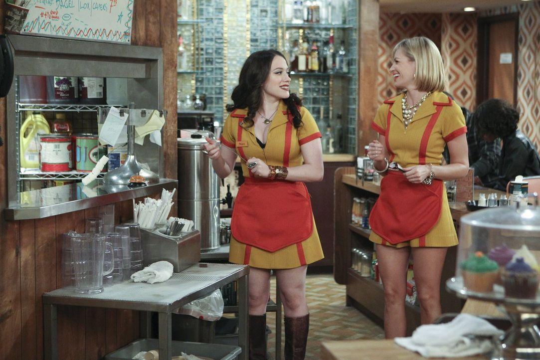 Was tun Max (Kat Dennings, l.) und Caroline (Beth Behrs, r.) nicht alles für Geld ... - Bildquelle: Warner Bros. Television