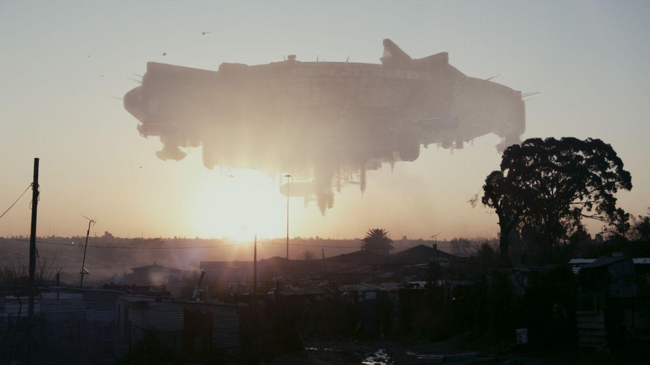 1982 taucht ein riesiges Raumschiff in die irdische Atmosphäre ein, ohne jedoch zu landen. Mitten über der südafrikanischen Metropole Johannesbur... - Bildquelle: 2009 District 9 Ltd. All Rights Reserved.