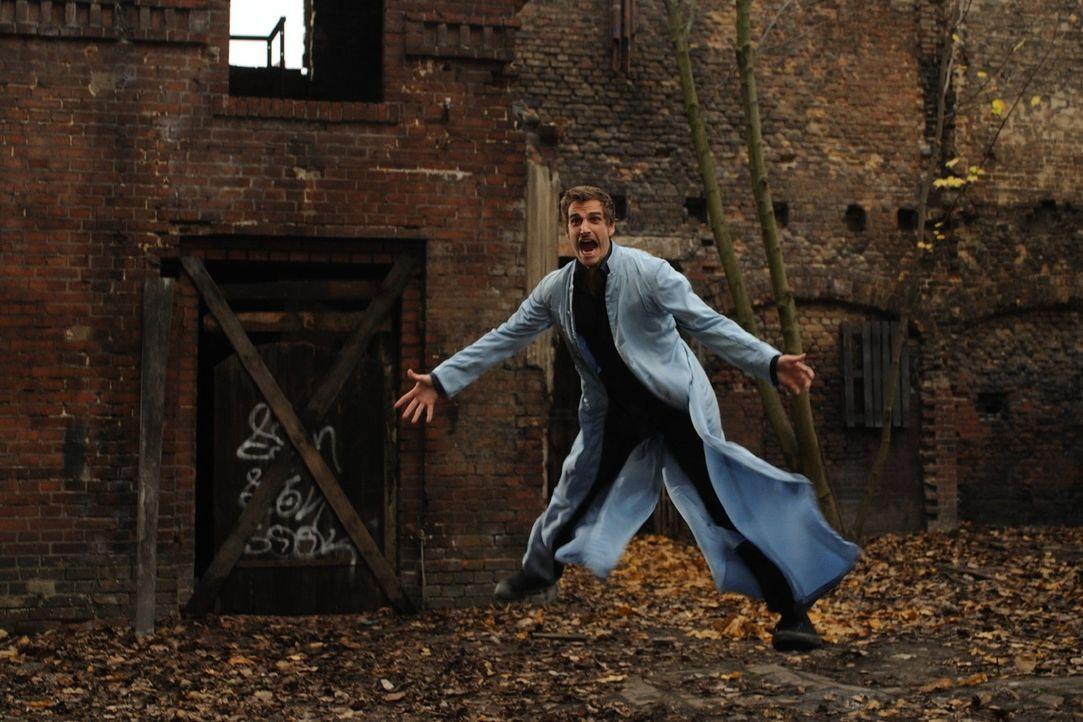 Immer wieder vergeblich versucht Uriel (Max von Thun), zu Laura zu gelangen. Doch sein Chef, Engel Gabriel, setzt all seine trickreiche Erfahrung ei... - Bildquelle: SAT.1