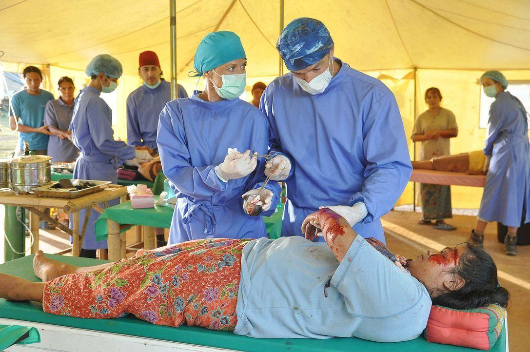 Kaum im Camp angekommen, muss Sophie (Alexandra Neldel, l.) erkennen, dass Dr. Kreusler (Hannes Jaenicke, r.) ein genialer Chirurg ist und trotz sei... - Bildquelle: Aki Pfeiffer SAT.1