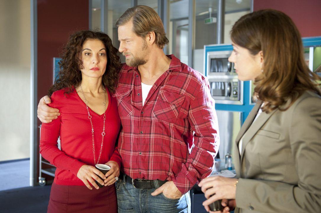 Um Tanjas (Proschat Madani, l.) Schwester Beate (Nina Kronjäger, r.) zu täuschen, gibt sich Mick (Henning Baum, M.) als Freund der Polizeipsychologi... - Bildquelle: Martin Rottenkolber SAT.1