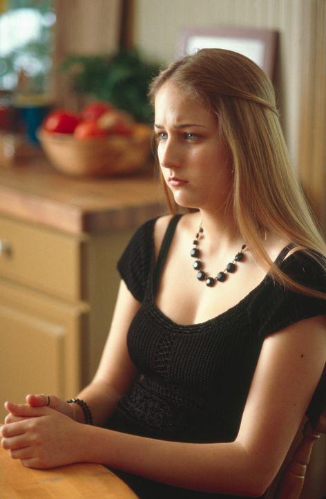 Trotz aller Aufmerksamkeiten und großzügiger Geschenke ahnt Ruby (Leelee Sobieski) schon bald, dass mit ihren Pflegeeltern irgendetwas nicht stimm... - Bildquelle: 2003 Sony Pictures Television International. All Rights Reserved.