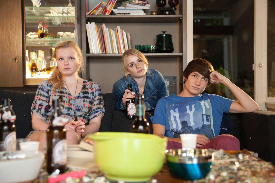 Ohne groß darüber nachzudenken, erlaubt Frank seinen Kindern Betti (Maria Victoria Dragus, l.) und Daniel (Finn Henkel, r.) eine Party zu Hause zu... - Bildquelle: Maor Waisburd SAT.1