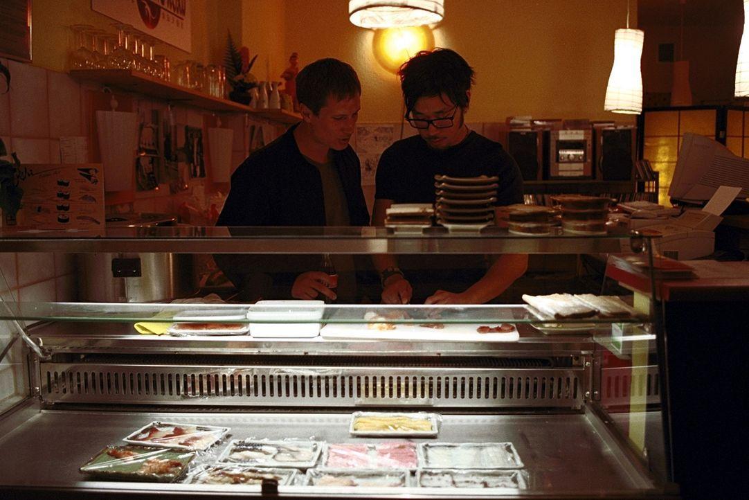 Zusammen mit seinem koreanischen Freund Kim Chong (Ill-Young Kim, r.) betreibt Lars (Benno Fürmann, l.) eine Sushi -Bar, die die beiden mehr schlec... - Bildquelle: Jeanne Degraa ProSieben