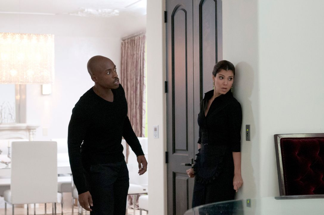Als plötzlich Oscar, Carmens (Roselyn Sanchez, r.) Ehemann, auftaucht, gerät sie in Panik und bittet Sam (Wolé Parks, l.) um Hilfe ... - Bildquelle: ABC Studios